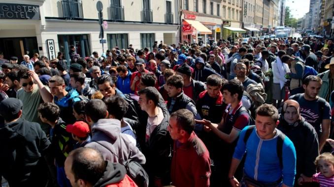 Refugiados y migrantes son acompañados a un alojamiento para buscadores de asilo después de llegar a la principal estación de trenes en Munich, Alemania, el sábado 12 de septiembre de 2015. (Foto de Sven Hoppe/dpa vía AP)